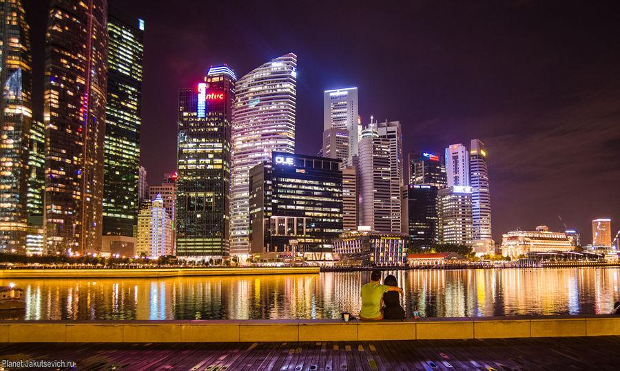 Влюбленные в ночном Сингапуре - набережная отеля Marina Bay Sands
