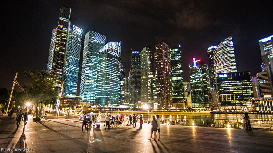 Набережная и небоскребы в ночном Сингапуре