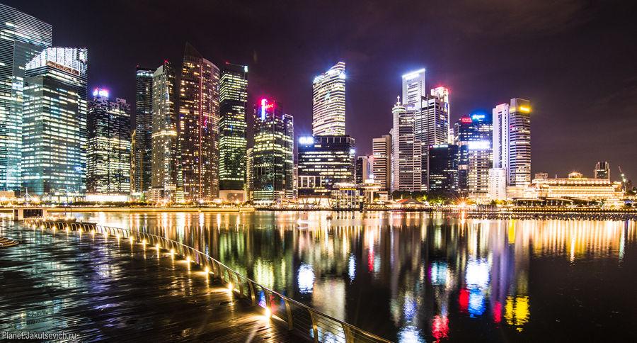 Огни ночного города - небоскребы в Сингапуре