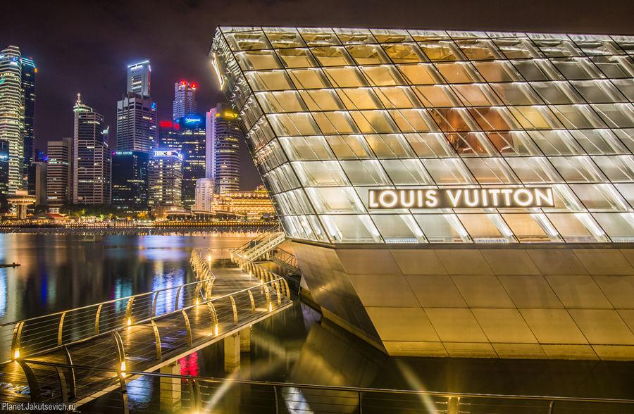 Бутик  Louis Vuitton - одна из достопримечательностей  ночного Сингапура