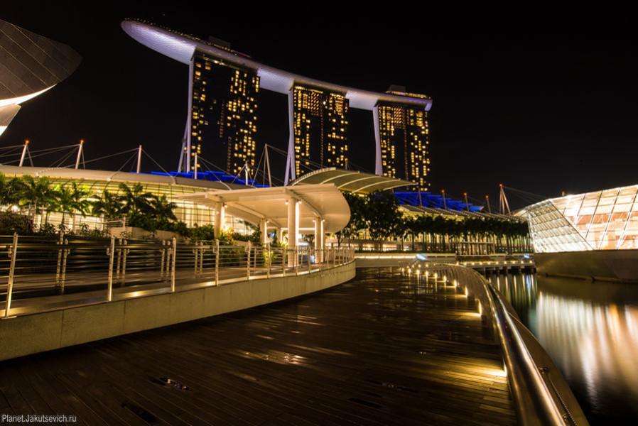 Уникальный отель с бассейном на крыше Marina Bay Sands ночью