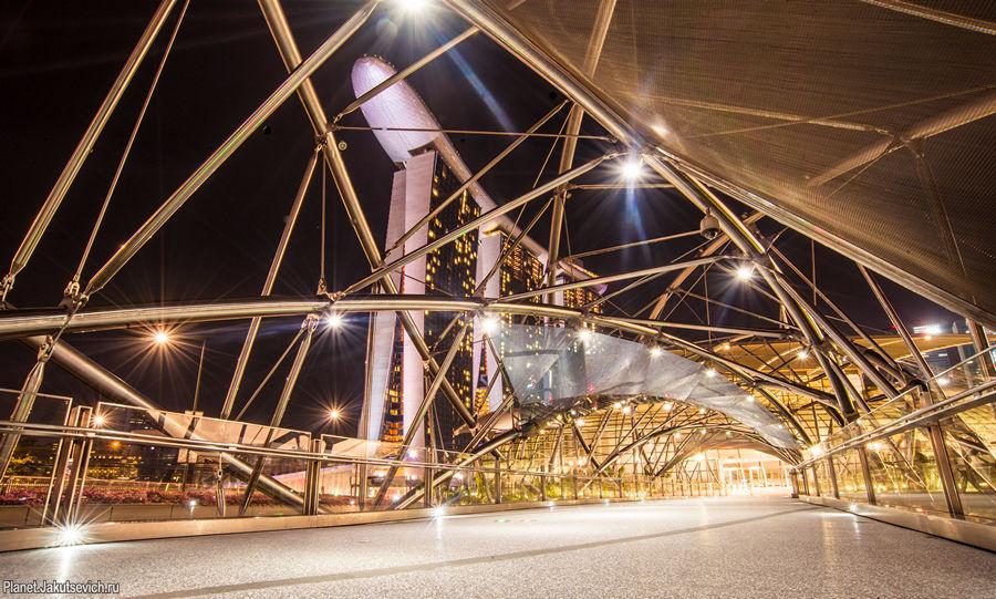 Геометрия ночного города - мост Helix Bridge в Сингапуре