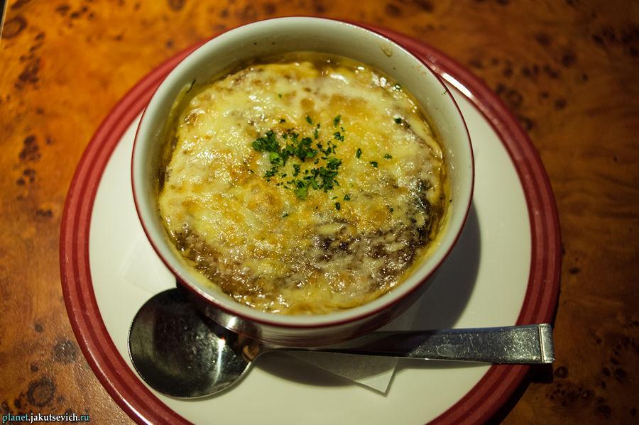 луковый суп в ресторане Fridays