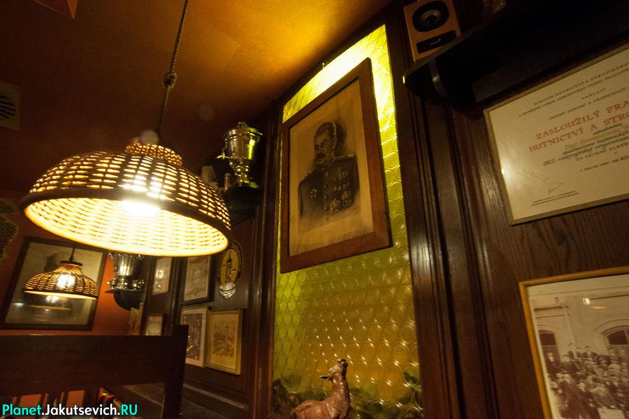 Интерьер ресторана в Праге Smichovsky radnicni sklipek портрет Сталина