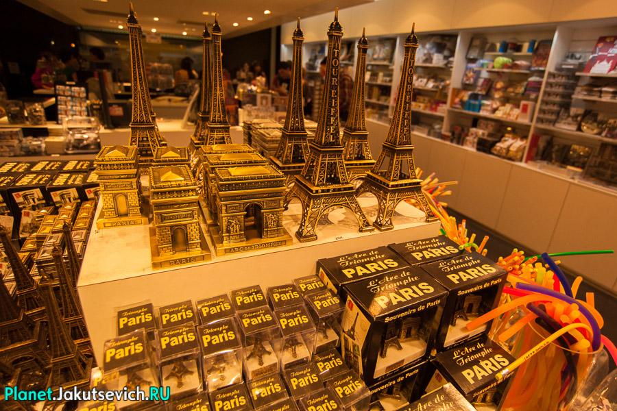 уменьшенные копии Триумфальной Арки и Эйфелевой Башни за 20 евро