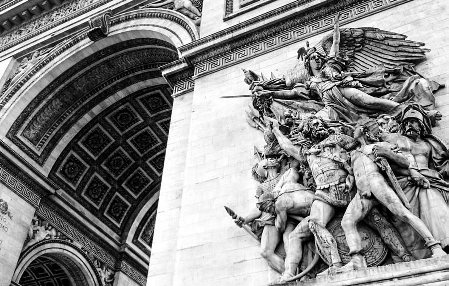 воинственные девы с крыльями, призывающие к битве на триумфальной арке в Париже