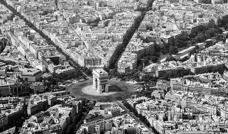 К Триумфальной арке подходят двенадцать проспектов-лучей с разных сторон Парижа